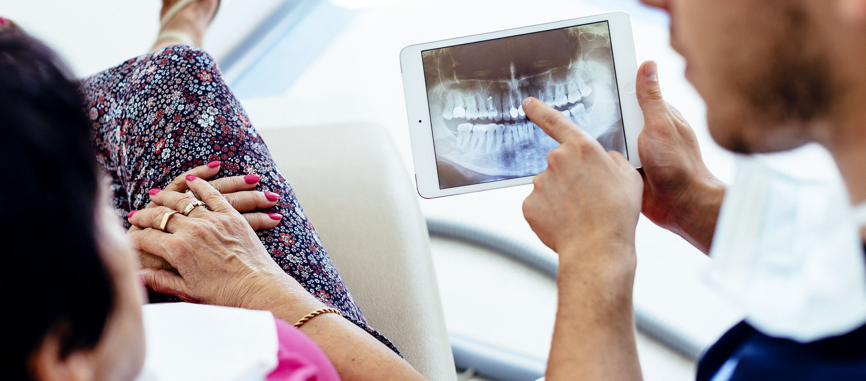Discussion between a dentist and a patient about the possibilities and the different types of tooth replacement.